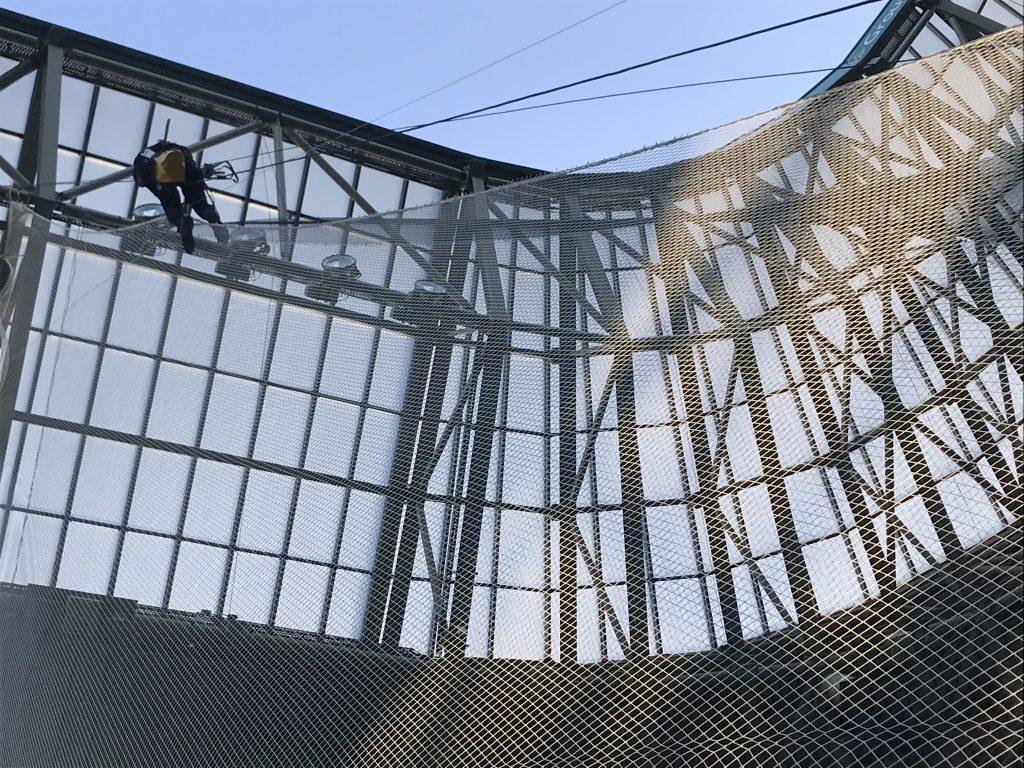 Szektor elválasztó háló felszerelése stadionban