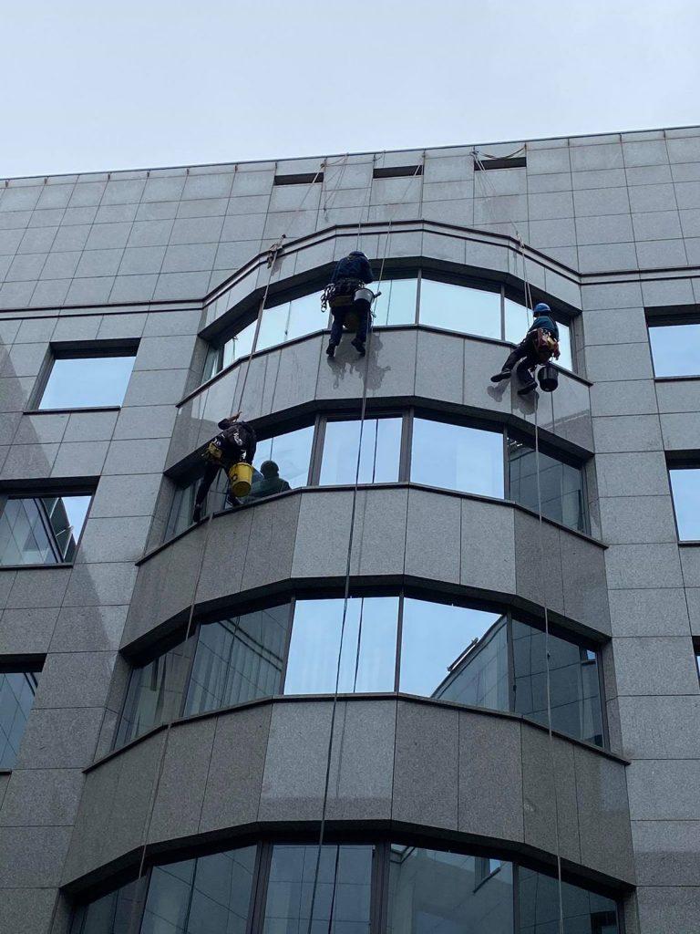Épület külső ablaktisztítása